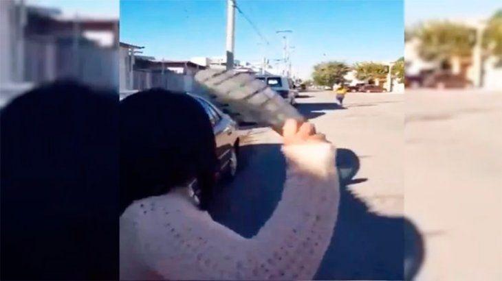 Mamá lanza increíble chancletazo que nunca viste antes