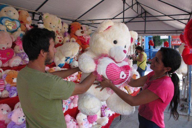 Los comercios se preparan por el Día de los Enamorados
