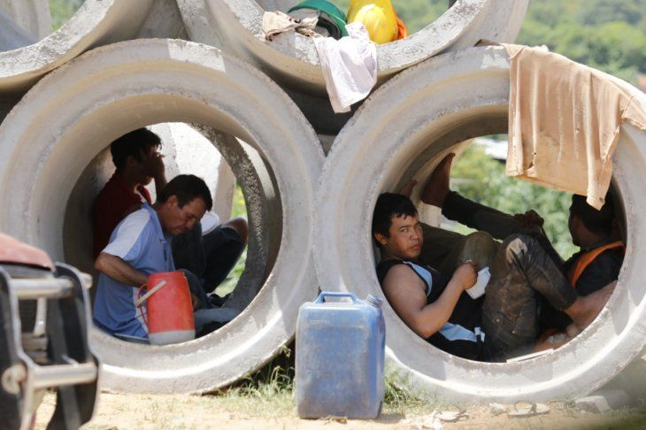 Los obreros de la Costanera se refugian en tubos de cemento para almorzar
