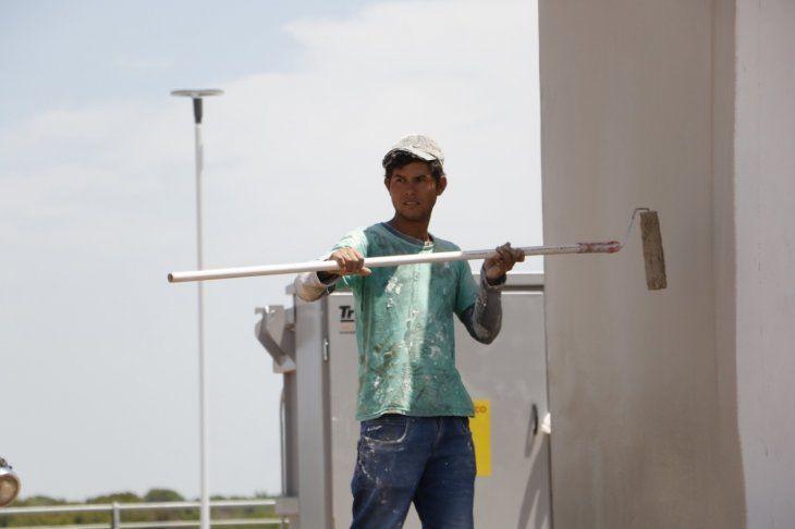 Narciso Cardozo trabaja en la Costanera Norte de sol a sol y toma 5 litros de agua y tereré por día para poder aplacar el calor. También se protege de los rayos solares usando kepis y remera mangas largas.
