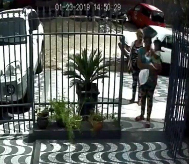 Parecidas: La mujer que carga a la beba en el video