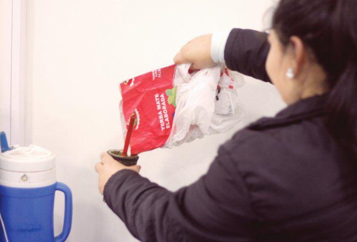 Comprar yerba y hielo es un gasto extra que muchos quieren evitar. Usar los insumos del amigo o de un familiar es una forma de piratear.
