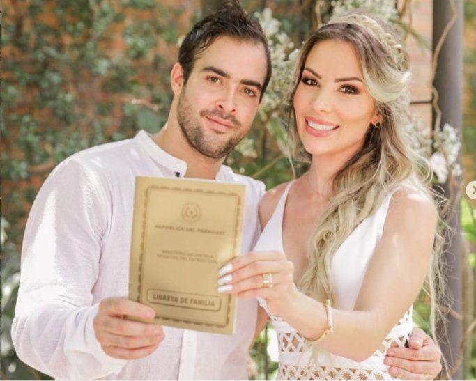 La boda civil. Los novios se casaron en nuestro país por civil.