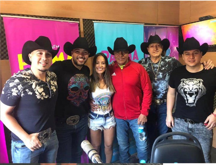Los integrantes del famoso grupo Bronco visitaron radio Palma FM y fueron entrevistados por Patty Orué. La fotografía que compartieron tras la charla