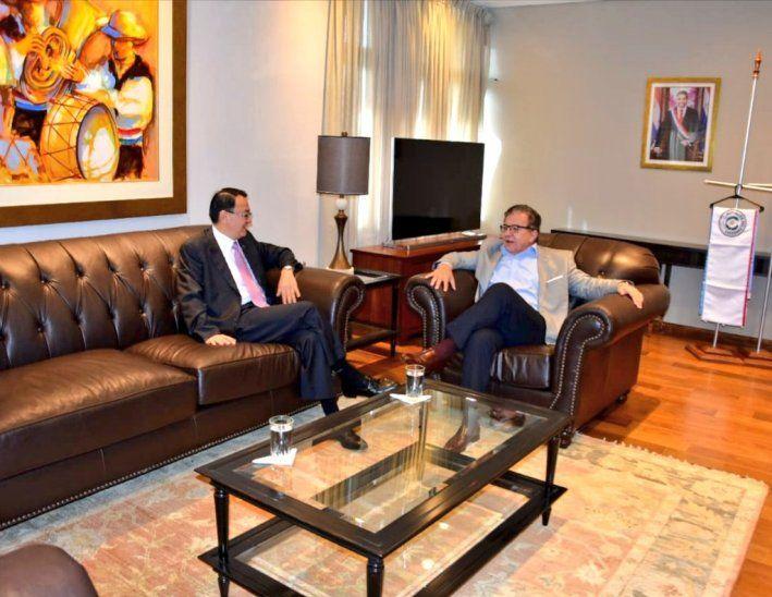 Nicanor usó como perchero el mástil en su reunión con embajador de China