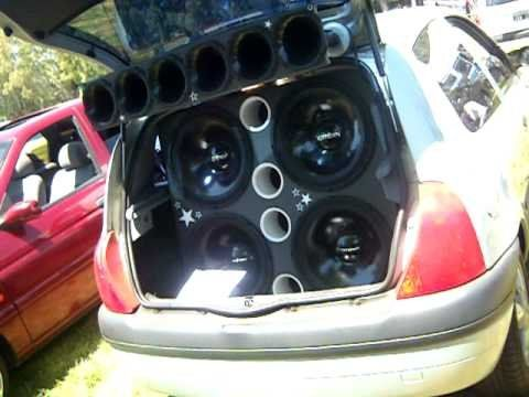 El auto contaba con un equipo de potentes parlantes.