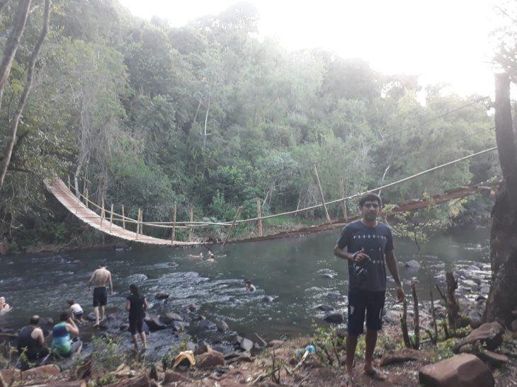 Este es el puente que construyó Don Nimio sobre el río Tembey