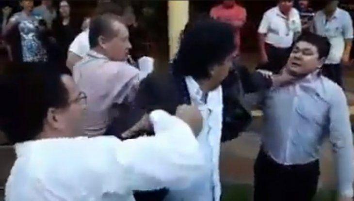 Momento que Kelembú toma del cuello al presidente de la Junta.