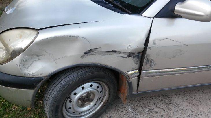 El vehículo quedó con una abolladura en la parte delantera de la chapería.