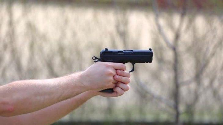 La mujer tenía en su poder un arma 9 mm. (Ilustración).
