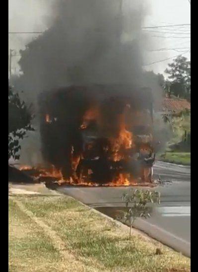 Micro ardió en llamas en plena marcha