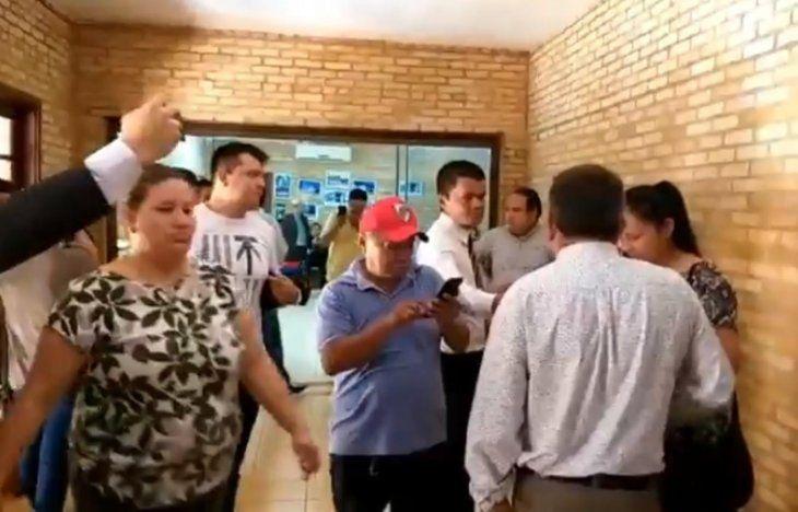 Varias personas ingresaron a la Junta Municipal tras el fin de la sesión.