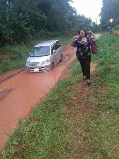 La profe dejó su auto y siguió a pie.
