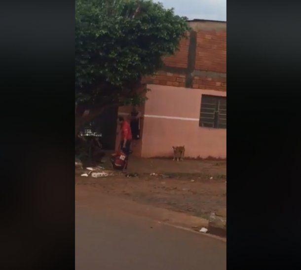 Crueldad: El hombre no soltaba el cabello del chico