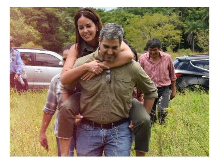 Marito copia escena de Obama para posar con su doña