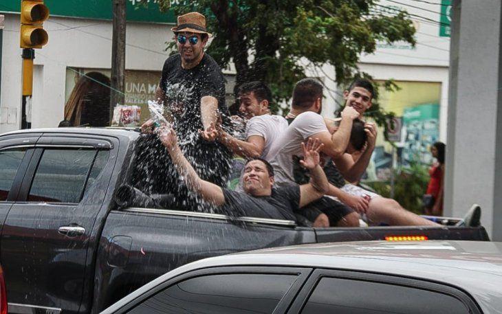 Carnaval con baldazos y globitos de agua