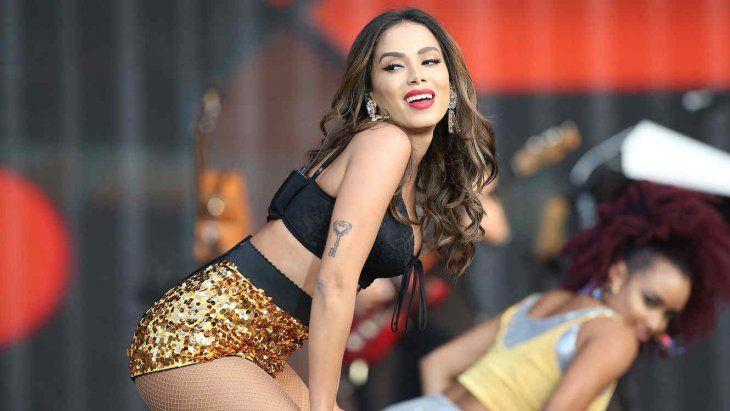 En el material se puede ver a la cantante brasileña casi sin nada de ropa y con movimientos que elevan la temperatura.