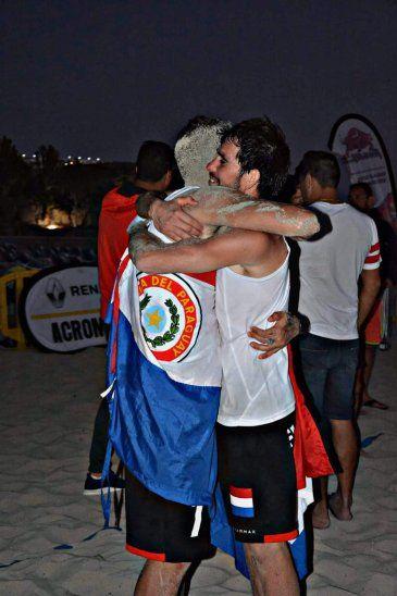 Paulo y Benjamín se dieron un abrazo del alma luego de tumbar en la final a los favoritos de la competencia. Foto: Página Oficial PikiVóley España.
