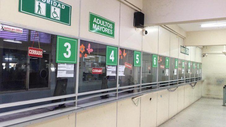 CERRADO. El cartel de atención en IPS que se vio desde en el mediodía de ayer. Algunos pacientes no pudieron retirar ni estudios médicos.