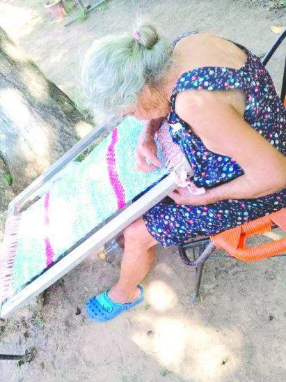 La abuela Lucía Ojeda es una excelente tejedora. Además de alfombras
