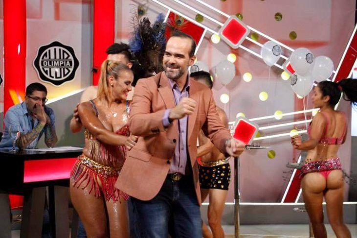 Así celebraron. Alvaro Mora bailando con la comparsa de Pamelita Ovelar.