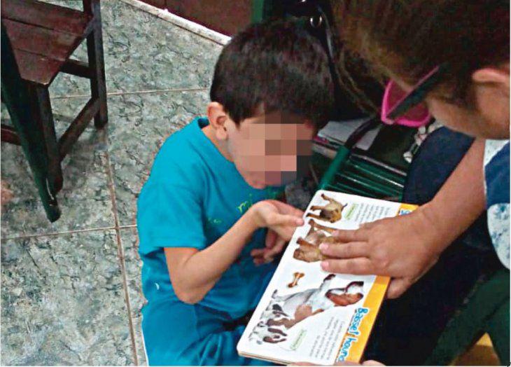 Tras idas y vueltas finalmente el pequeño de 7 años encontró una institución que lo reciba. La mamá lamentó que el estado no pueda ofrecerle a su retoño una educación integral.