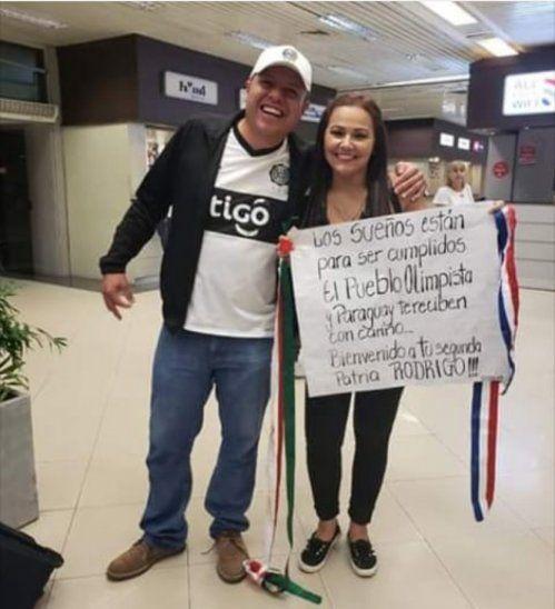 Llegó desde México para ver a Olimpia: ya probó el tereré y le regalaron una remera