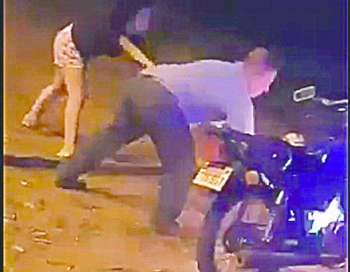 Una de las hijas de Atanacio intentó evitar que su papá queme la moto