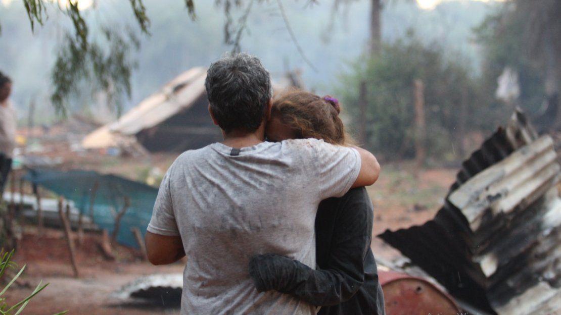 Consuelo. Dos pobladores dándose apoyo en el difícil momento.