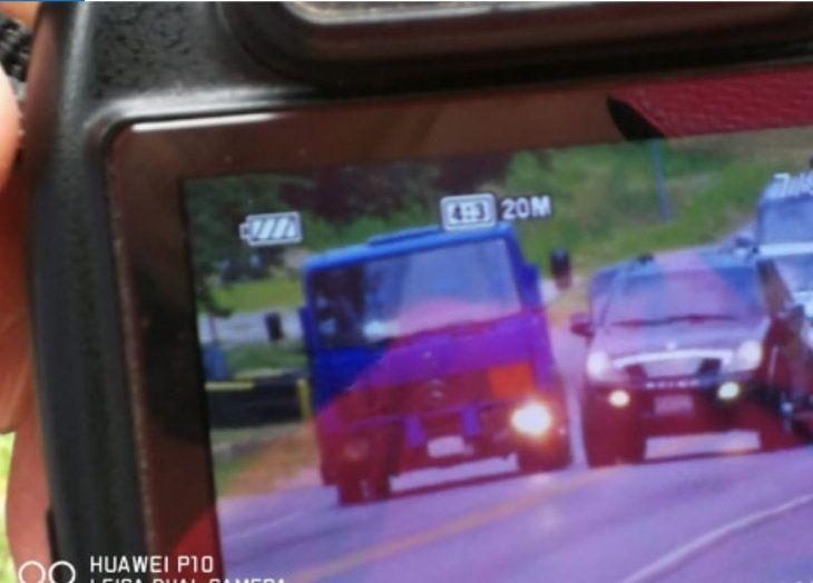 Momento en que el camioncito intenta volver a la ruta y Alberto realiza la maniobra de adelantamiento.