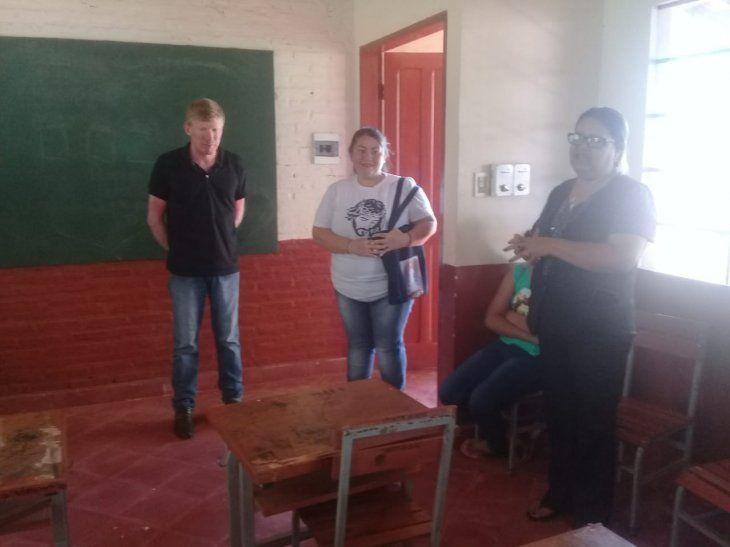 Emocionada. La profe Esther (centro) aceptó enseñar a los chicos por un sueldo menor