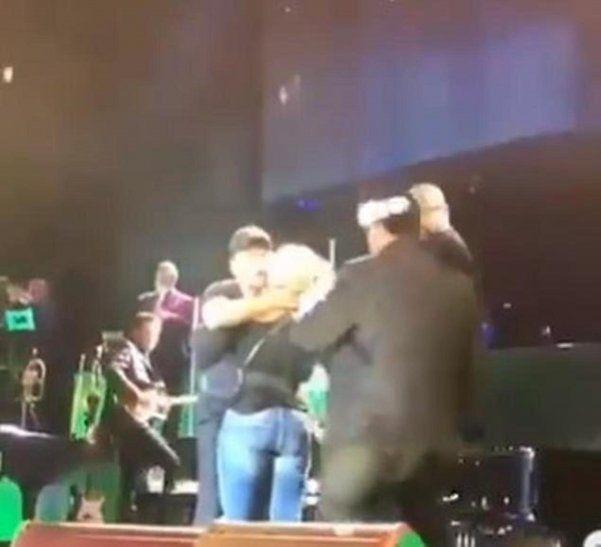 La mujer que logró subir al escenario y abrazar a Luis Miguel