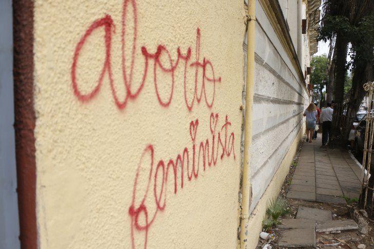 Mensajes pintados por las calles de Asunción.