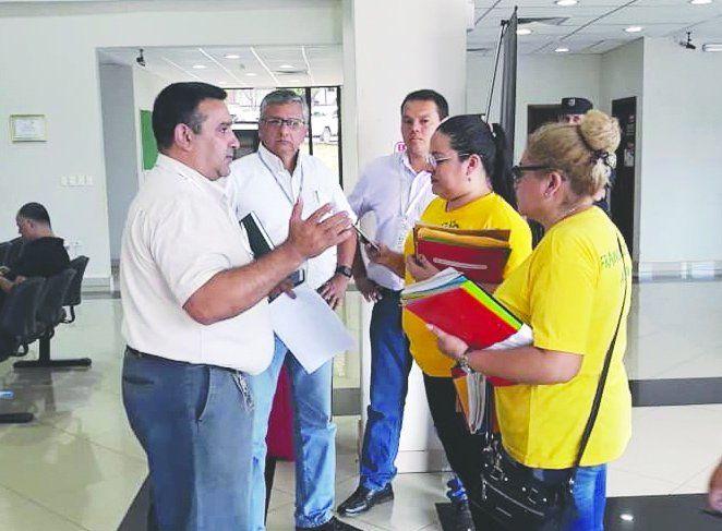 Franqueños presionaron a los directivos de la ANDE y lograron que atiendan las denuncias.