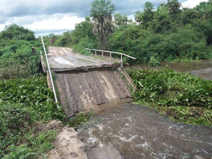 El puente que une a Fuerte Olimpo y Guaraní se cayó. Más de 1.000 familias quedaron aisladas. Foto: OLIMPEÑOS POR EL MUNDO