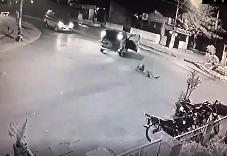 Un circuito cerrado grabó el momento en que la chica se tiraba de la camioneta en movimiento.