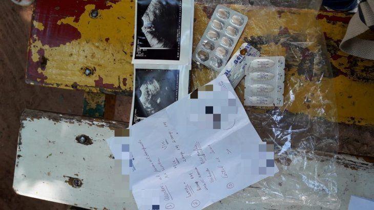 Exámenes y medicamentos. Recetas y fármacos de la joven para el tratamiento.
