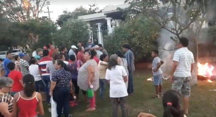 Pobladores del centro y las compañías llegaron hasta la casa de Rivarola y causaron destrozos.