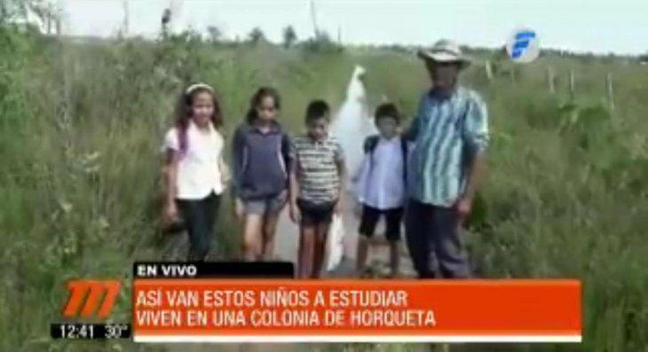 Caminan descalzos 14 kilómetros por senderos inundados para ir a la escuela