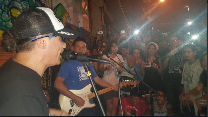 Pablo cantó en el centro de Asunción ante su público ( Foto:@sairabaruja)