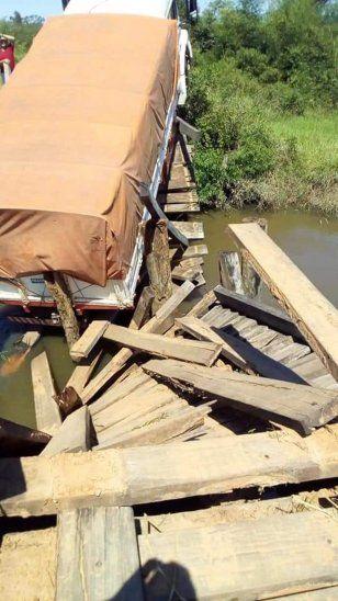 Puente de madera se desmoronó por un camión estatal