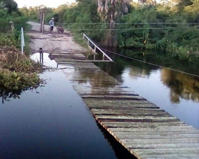 Los muchachos no descansaron para lograr construir el tan ansiado puente que ayudará a la comunidad de Puerto Guaraní.