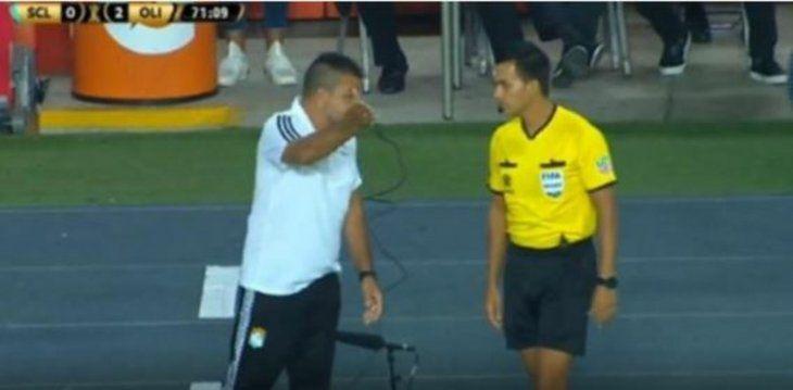 El efusivo reclamo del entrenador de Sporting que incluyó a Roque Santa Cruz