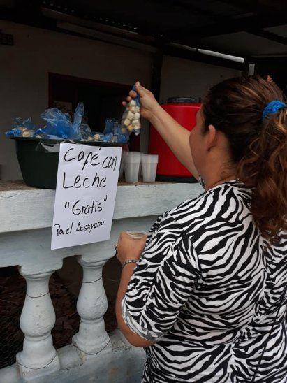 Mujer solidaria ofreció el desayuno a sus vecinos afectados por la crecida en el Bañado