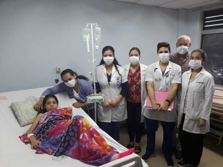 La paciente con el equipo que participó de la cirugía.