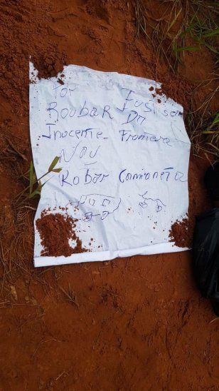 El escrito estaba acompañado de dos garabatos de autos.