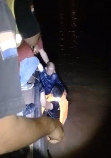 El abuelito fue rescatado por bomberos voluntarios y lugareños.