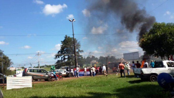 Los ciudadanos queman hasta neúmaticos en la manifestación.