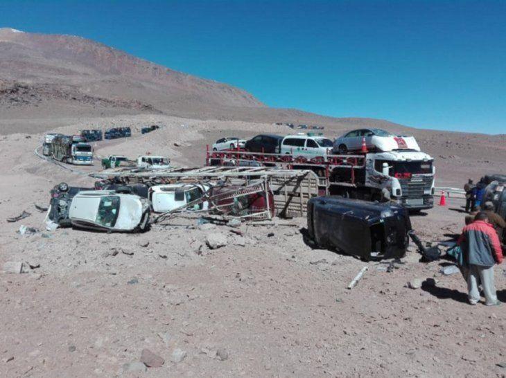 Volcó camión cigüeña que traía vehículos de Chile