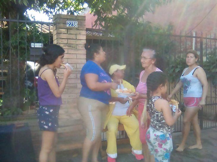 Preparó tortillitas y las repartió a afectados de Villa Cangrejo